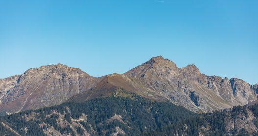 Ausblick auf traumhaftes Bergpanorama der Tiroler Bergwelt im Sommer in Serfaus