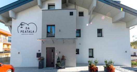 Nördliche Hausansicht da Peatala Apartments - Eingangstür und Parkplatz