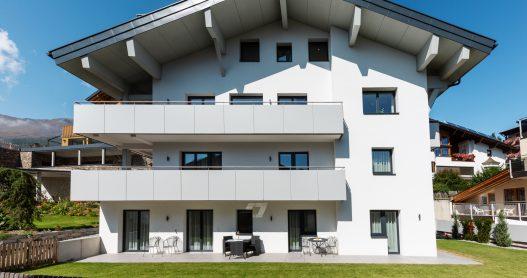 Südliche Hausansicht mit sonniger Ausrichtung des vier stöckigen da Peatala Apartments Haus