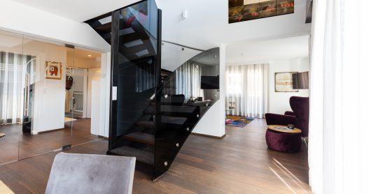 Großzügiges und helles Maisonette mit Treppenaufgang und elegante Einrichtung im Lifestyle Apartment