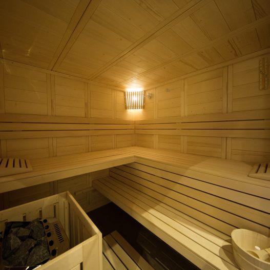 Exklusives Wellnes-Refugium mit eigener Sauna nach finnischen Vorbild und Ruheraum mit Dampfdusche