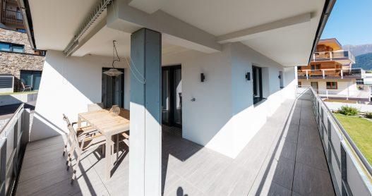 Großzügige Terrasse auf zwei Seiten des Apartments mit traumhafter Aussicht auf die Tiroler Berge