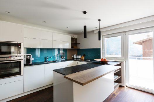 Helle und voll ausgestatteten Wohnküche mit diversen Küchenhelfern und direkten Zugang zur Terrasse
