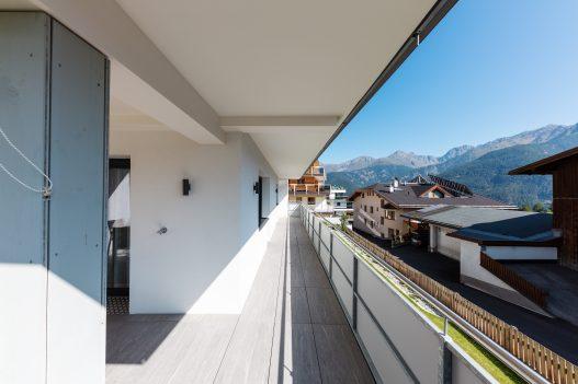 Großer und sonniger Balkon mit Blick auf die ruhige Tiroler Natur und das traumhafte Bergpanorama