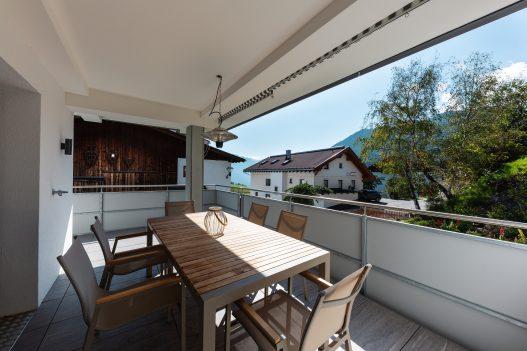 Geschützte und wetterfeste Terrasse mit Aussicht und Sitzgruppe mit Tisch für bis zu 6 Personen