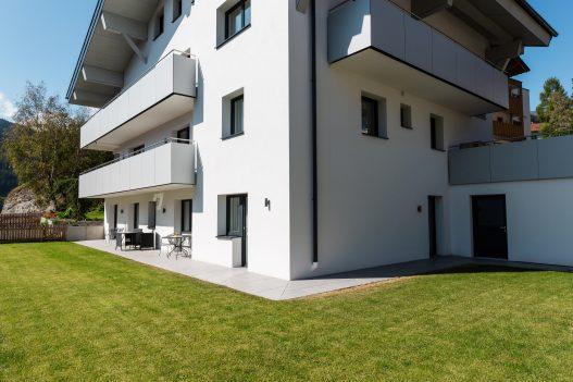 Großer und gepflegter Garten mit sonniger Ausrichtung und weitläufiger Terrasse auf 2 Seiten