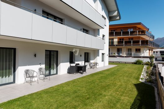 Große Terrasse mit Sitzgruppe und Tischen für 6 Personen und direkten Zugang zum eigenen Garten