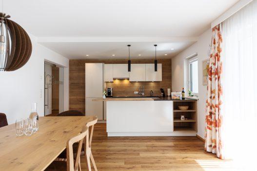 Helle und voll ausgestatteten Wohnküche mit diversen Küchenhelfern und direkten Zugang zum Garten