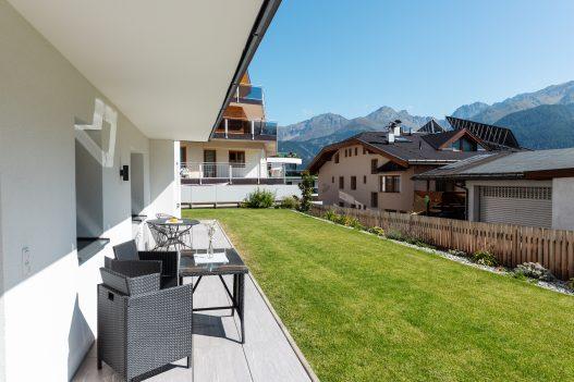 Sonnige, private Terrasse mit großem Garten und atemberaubender Aussicht auf die Tiroler Berge