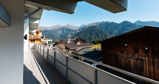 Großer Balkon mit südlicher Ausrichtung und Blick auf die Tiroler Natur und traumhaftes Bergpanorama