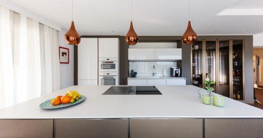 Vollausgestattete Küche mit Kochinsel, Herd, Grillplatte, Kühlschrank und Gefrierfach mit Ice-Maker