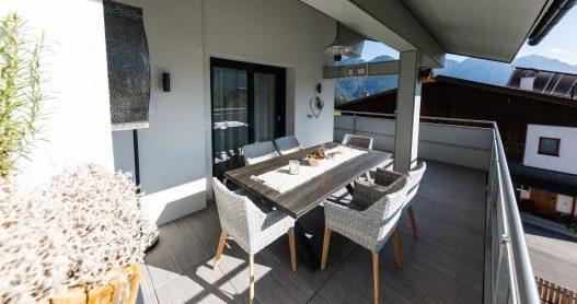 Sonnige und wetterfeste Terrasse mit Aussicht und Sitzgruppe mit Tisch für bis zu 4 Personen