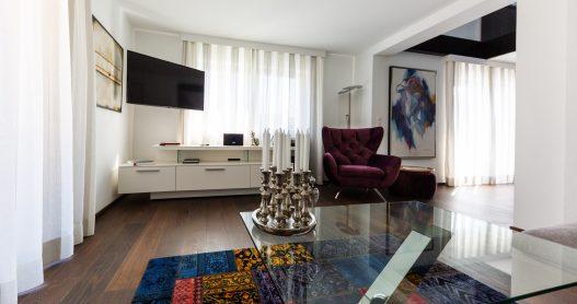 Lifestyle Wohnzimmer mit TV, Hifi Anlage und On-Demand Video Streaming für beste Unterhaltung