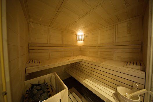 Private Sauna für 4 Personen nach finnischen Vorbild aus natürlichem Holz im eigenen Wellness Raum