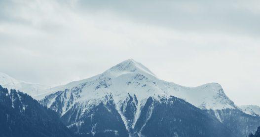 Traumhafte Aussicht und Panorama der schneebedeckte Tiroler Berge im Winter in Serfaus