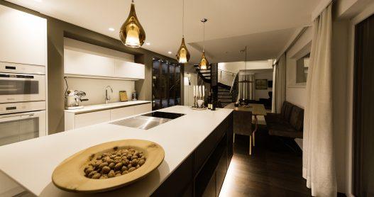 Lichtdurchflutete Wohnküche in Vollausstattung mit Kochinsel und seperatem Essbereich für 4 Personen