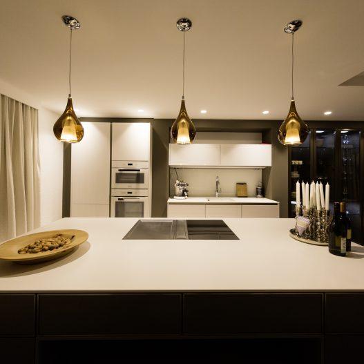 Küche mit Kühlschrank, Gefrierfach, Backofen, Herd, Spülmaschine, Kaffeemaschine und Wassersprudler