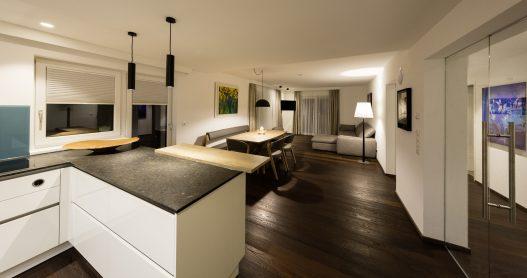 Große, helle Wohnküche mit Essbereich für bis zu 6 Personen und Wohnzimmer mit Zugang zur Terrasse
