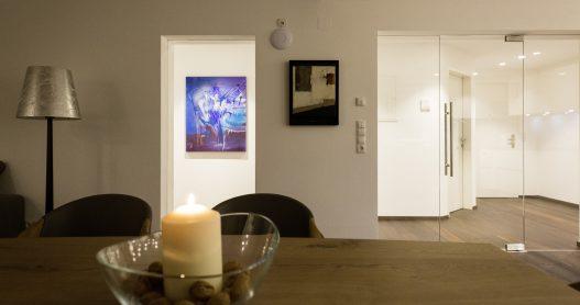 Individuell eingerichtete Wohnküche mit Bildern von lokalen Künstlern im naturbezogenen Ambiente