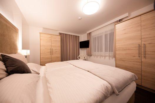 Schlafzimmer für 2 Personen mit Doppelbett, Allergikerbettwäsche, Einbauschrank, TV und Leselampe