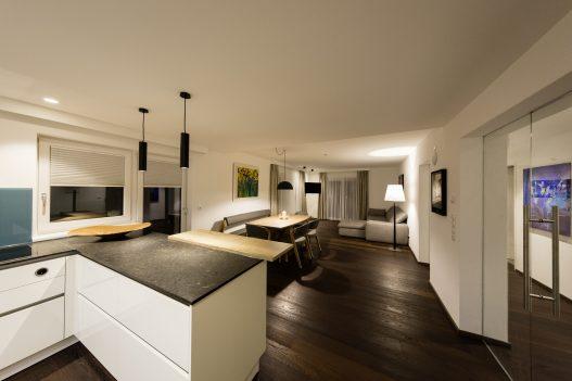 Große, helle Wohnküche mit Essbereich für bis zu 6 Personen und Wonhzimmer mit Zugang zur Terrasse