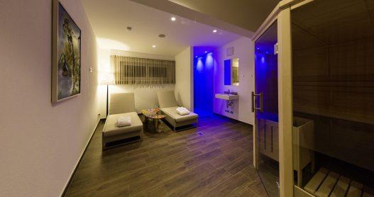 Wellness Ruheraum mit finnischer Sauna, Dusche und Liegen für privates und ungestörtes Entspannen