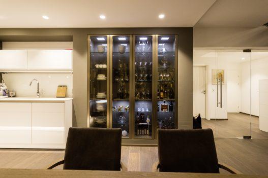 Hausbar mit feiner Auswahl an regionalen und internationalen Alkoholika im eleganten Schrank