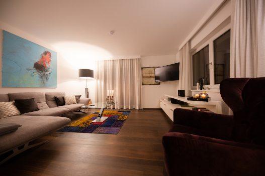 Lifestyle Apartment Wohnzimmer mit Couch, Tisch, Balkon, TV und Hifi Anlage für beste Unterhaltung